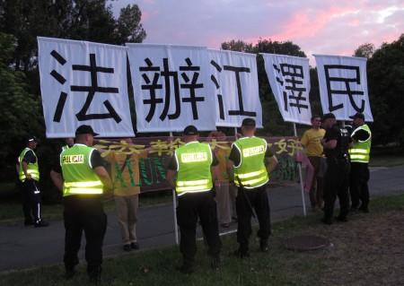 習近平下榻的Hyatt飯店前的橫幅「法辦江澤民」。(Tomek O/大紀元)