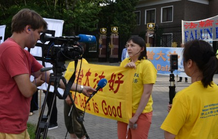 法輪功學員Dorota女士在現場接受了波蘭AFP電視台採訪。(Tomek O/大紀元)