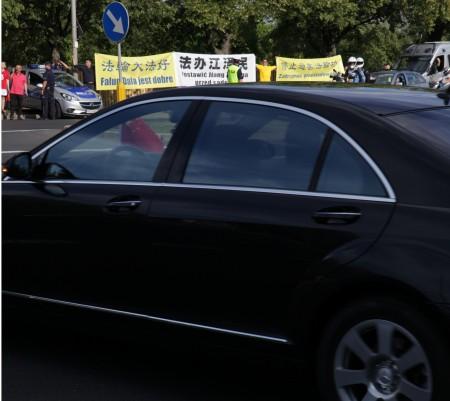 6月19日,習近平車隊一出機場,醒目橫幅便入眼簾。(Tomek O/大紀元)