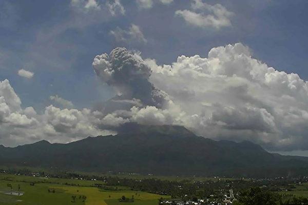菲国火山喷发  灰云冲2公里高