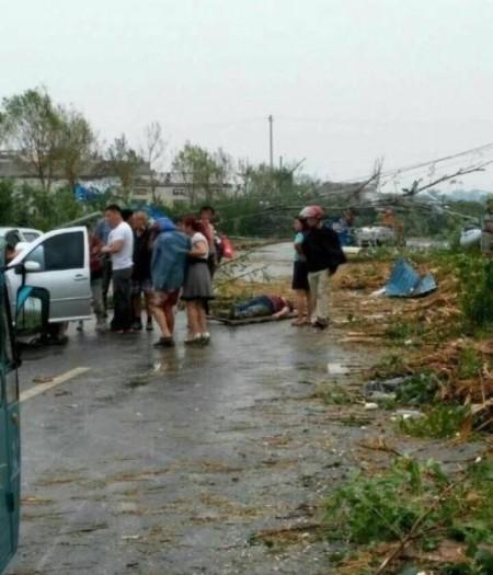 6月23日下午,江蘇鹽城市阜寧縣多地遭遇特大龍卷風、強雨冰雹襲擊。(網絡圖片)