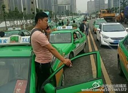 """5月31日,陕西西安市数千辆出租车在钟楼与市政府等地附近道路上排长龙""""游行示威"""",当地政府出动全城近万警力镇压,200余人被捕。(网络图片)"""