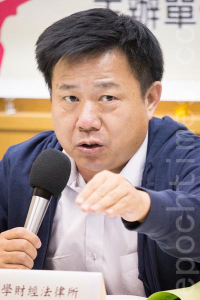 東華大學財法所助理教授張鑫隆指出,低薪社會的真正元凶,應是勞動力的非典化與彈性化。(陳柏州/大紀元)