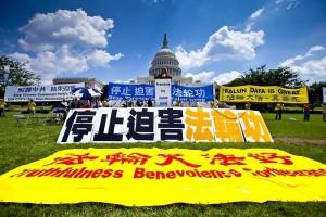 """图为2010年7月22日下午,来自世界各地的部分法轮功学员在美国首都华盛顿的国会山举行""""7‧20""""反迫害集会。 (Mark Zou/大纪元)"""