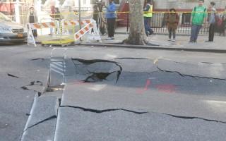 布碌崙日落公園56街上的地坑,因下水管道漏水花上萬,房東後悔沒買計劃。(杜國輝/大紀元)