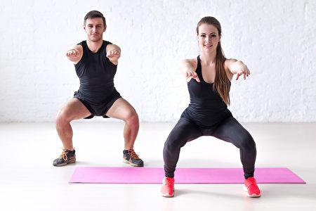 健身男人和女人做锻炼下蹲运动,训练,热身和生活方式。(fotolia)