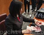 12日人行發行2015年版人民幣100元新防偽功能鈔票,中銀香港亦舉行發佈會,展示新鈔。(余鋼/大紀元)