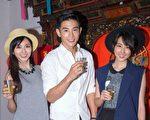 華劇《1989一念間》前晚(5月30)舉辦殺青酒,圖為劇中主演蔡黃汝(左起)、張立昂、邵雨薇。(三立提供)