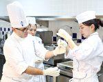 藍帶甜點主廚教導學生糖雕實作。(高餐藍帶提供)