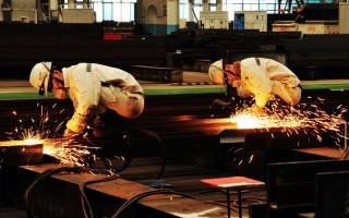 大陸部分省市調高工資是被市場逼出來的,實際工資上調後,工人所得實惠有限。圖為山東省工人。(STR/AFP/Getty Images)