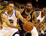6月5日的NBA總冠軍賽第2戰,勇士隊在主場以110比77狂胜克利夫蘭騎士,取得二連勝。(Ezra Shaw/Getty Images)