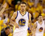 勇士隊的庫里在6月5日的NBA總冠軍第二戰中狀態回升。(Ezra Shaw/Getty Images)