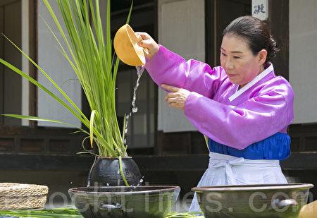 6月9日,韓國首爾南山韓屋村舉行端午節慶典千名中國遊客體驗韓國傳統文化與習俗。圖為菖蒲水。(全景林/大紀元)