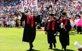 史丹佛毕业生怒了 游行抗议轻判性侵犯