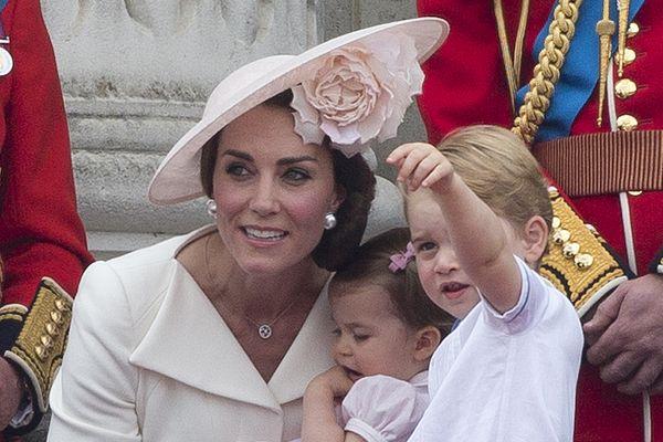 组图:英女王庆生 乔治兄妹可爱抢镜