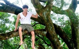 《狼王子》張軒睿穿梭樹叢 跟自然融為一體