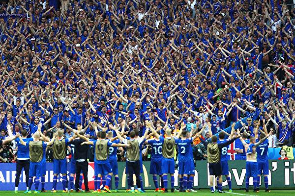 冰島球員榮歸故里 萬人空巷夾道歡迎