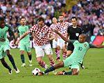 克羅地亞隊的中衛 Ivan Rakitic (中)與葡萄牙隊的William Carvalho(左)及Joao Mario爭球。(PHILIPPE HUGUEN/AFP/Getty Images)