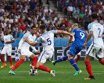 西格索爾森為冰島隊攻入反超比分的一球(圖中藍衣9號)。(Lars Baron/Getty Images)
