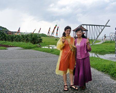 海科馆潮艺术驻地艺术家:西班牙的薏丝特(右)与张小千教授合影于作品前。(周美晴/大纪元)