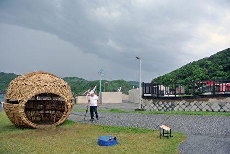 """日本的关口恒男-创作的""""彩虹屋""""内,可观察干净的水产出明亮的彩虹。(周美晴/大纪元)"""