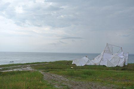 """雷吉娜来自德国-潮艺术作品""""冰山ㄧ角"""",借此提醒对全球暖化问题的关心。(周美晴/大纪元)"""