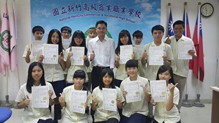 陈尚斌(第二排中)与获得第一名及第五、六名的团队合影。(林宝云/大纪元)