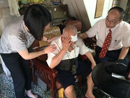 苗医副院长李永恒(右)、社工室主任(左)的亲切关怀,让独居的邱老爷爷(中)感动落泪。(苗栗医院/提供)
