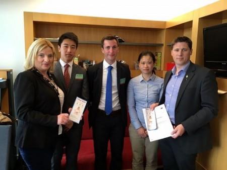 爱尔兰中学生小黎(左二)和另外两名法轮功学员在斯特拉斯堡拜访了爱尔兰欧洲议员利阿达(Liadh Ni Riada,左一)和卡瑟(Matt Carthy,右一)。(明慧网)