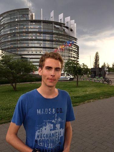 德国大学生马龙•希尔登签字支持法轮功学员。(明慧网)