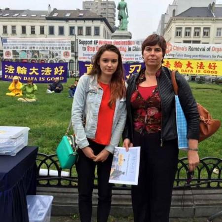 巴斯思達克(Bathstack)女士和母親簽名反對活摘器官(明慧網)