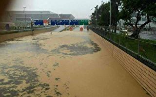 氣象局2日發布豪雨特報,桃園地區出現驚人豪雨,讓桃園機場內外嚴重淹水。(民眾提供)