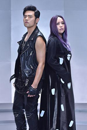 歌壇天王周杰倫(左)16日下午公開新歌「不該」MV,驚喜合作天后張惠妹(右)。(杰威爾提供)