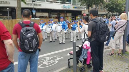 中國人觀看法輪功遊行方陣。(黎平/大紀元)