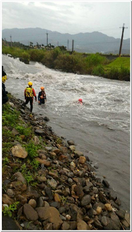 溪流救災訓練。(宜蘭消防局提供)