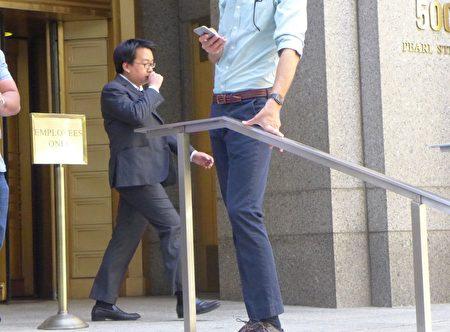 李欧文快速离开法庭。