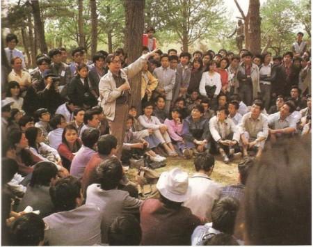 余英時說:「我們不能想像,1980年代的方勵之有多大的魅力,所到之處演講人山人海,他影響了整個一代人。像王丹說的,整個八九一代人都是他教育出來的。」圖為1988年5月4日方勵之在北京大學校園演講的場面。(周湘提供)