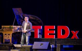 洪馬克於TEDx上面發表演說資料照。(洪馬克提供)