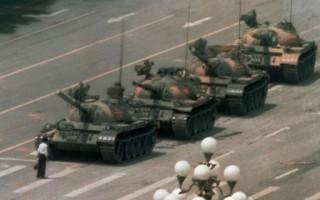 「六四」以後,全世界幾乎所有的新聞媒體都轉載了一張照片,這張照片上一個青年赤手空拳隻身擋在行進的坦克前,這位青年叫王維林。國外媒體以十分敬佩的口吻稱讚其和平抗暴的勇氣,並稱之為二十世紀英雄。1998年,美國《時代週刊》將坦克人評選為20世紀最具影響力的100個人物之一。(網絡圖片)