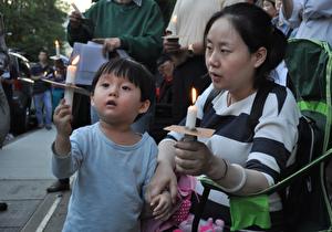 """6月4日,大温地区部分民众,在中领馆前举行""""六四""""27周年纪念活动,点燃烛光。(唐风/大纪元)"""