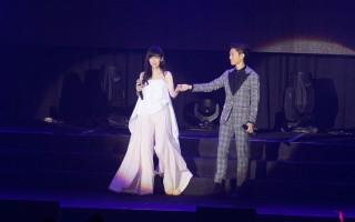 韦礼安香港开唱 周慧敏助阵合唱《流言》