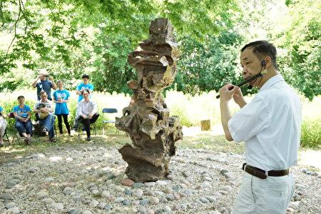 文人石雕塑开放当天,民乐演奏家梁嘉驹现场演奏。(温文清/大纪元)