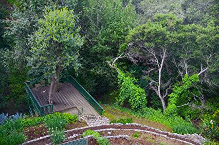庭院直達兩山之間的淺谷,即可見潺湲的清溪。(丁陽明/大紀元)