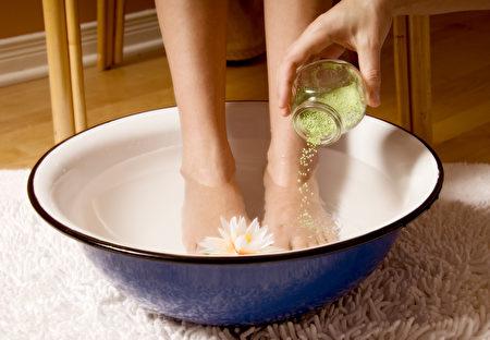 小苏打粉加水再加几滴精油,双脚浸泡便可摆脱脚臭。(Fotolia)