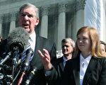 2012年10月10日,原告费舍(Abigail Noel Fisher)(右)和律师Bert Rein (左)在华盛顿DC的媒体会上。 ( Mark Wilson/Getty Images)