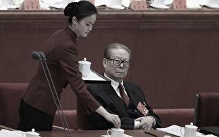 江泽民在两会上失态、紧盯美女成为老百姓的笑料。2012年11月8日中共十八大在北京开幕,江泽民老态龙钟,仍不忘紧盯美女。(Feng Li/Getty Images)