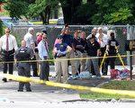 周日(6月12日)凌晨,美国佛罗里达州奥兰多一夜店发生恐怖袭击,枪手滥射造成49人死亡,另外53人受伤。枪手也被警方击毙。图为FBI探员在夜店外。(Gerardo Mora/Getty Images)