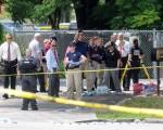 周日(6月12日)凌晨,美国佛罗里达州奥兰多一夜店发生恐怖袭击,枪手滥射造成至少50人死亡,另外53人受伤。枪手已被警方击毙。图为FBI探员在夜店外。(Gerardo Mora/Getty Images)