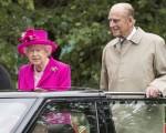 6月12日,英国官方庆祝女王90大寿活动最后一天,伦敦举行万人午宴。图为英女王伉俪乘坐敞篷车向现场民众致意。 (Arthur Edwards - WPA Pool/Getty Images)