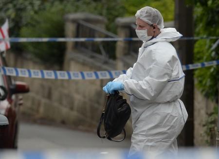 2016年6月16日,英國議會議員喬·考克斯遭攻擊身亡。圖為調查人員在案發現場搜證。(OLI SCARFF/AFP/Getty Images)